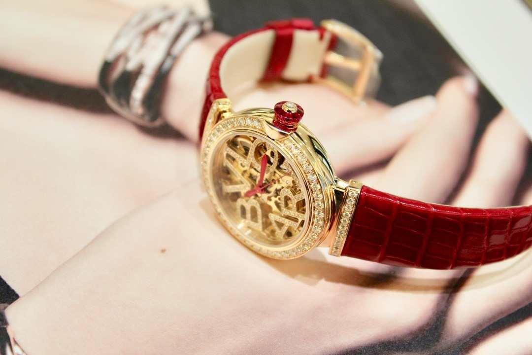宝格丽18年LVCEA镂空女表红色鳄鱼皮表带,腕表型号102833插图2
